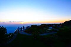 Заход солнца людей наблюдая на Doi Intanon Стоковые Фото