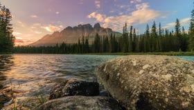 Заход солнца Banff горы замка горизонтальный стоковая фотография rf