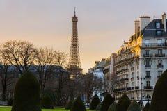Заход солнца Eiffel путешествия на типичном здании Стоковые Фотографии RF