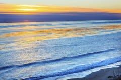Заход солнца Goleta Калифорния Тихого океана нефтяных скважин мезы Eilwood Стоковые Изображения