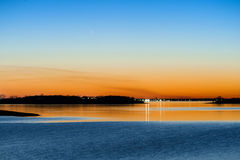 Заход солнца Panstarrs кометы через озеро стоковая фотография rf