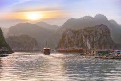Заход солнца Seascape на заливе Halong Стоковые Изображения RF