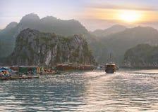 Заход солнца Seascape на заливе Halong Стоковое фото RF