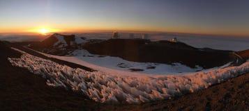 Заход солнца Snowy гаваиский над облаками стоковые фотографии rf