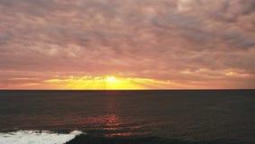 Заход солнца Timelapse золотой над морем Пасмурная погода видеоматериал