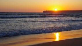 Заход солнца Tonel пляжа Алгарве видеоматериал