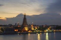 Заход солнца Wat Arun в ноче, городе Бангкока, Таиланде Стоковое Изображение