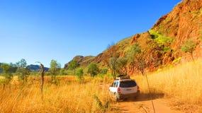Захолустье Австралия - управлять четырехколесным приводом 4x4 к располагаясь лагерем пятну около озера Argyle Стоковое Фото