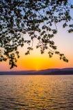 Заходы солнца греют на солнце светлооранжевая гора цвета Стоковые Изображения RF