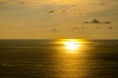 Заходы солнца на море в Таиланде Горизонтальное фото с естественным li Стоковая Фотография