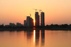 Заходящее солнце между зданиями и зданиями Стоковое Изображение RF