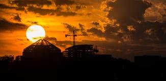 Заходящее солнце окуная за лесами Стоковые Фотографии RF