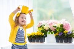 Зацветать маленькой девочки моча цветет дома Стоковые Фотографии RF