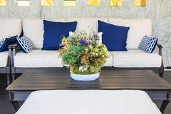 Зацветите букет в вазе на таблице в живущей комнате Стоковая Фотография