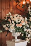 Зацветите букет роз, пионов и евкалипта на винтажной свадьбе стойки вазы Стоковые Изображения