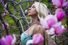 зацветите женщина портрета magnolia Стоковые Изображения RF