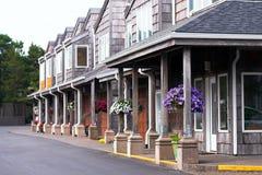Зацветите корзины на porticoes в жилой квартире co Стоковая Фотография