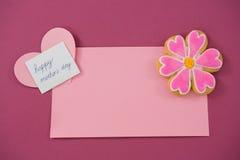 Зацветите печенье формы, карточка формы сердца на красном конверте против розовой предпосылки Стоковые Изображения RF