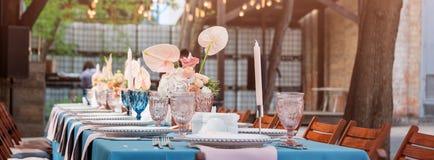 Зацветите украшения таблицы для праздников и обедающего свадьбы Таблица установила для праздника, события, партии или приема по с Стоковые Изображения