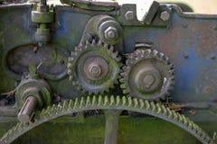 зацепляет старое ржавое Шестерня катит внутри аграрное оборудование стоковые изображения rf