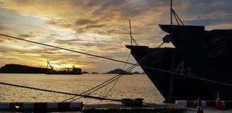 Зачаливание военного корабля на военноморском основании с с behide корабля берега Стоковая Фотография