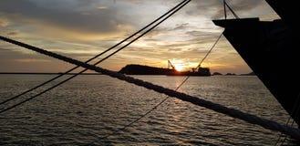 Зачаливание военного корабля на военноморском основании с с behide корабля берега Стоковое фото RF