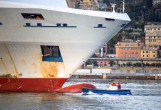 Зачаливание пассажирского корабля и шлюпки стоковые изображения rf