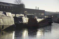 Зачаливание Narrowboats на замороженном канале стоковые изображения rf