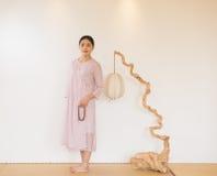 Зачатие шариков- извива руки женщины художническое чая Дзэн Стоковое фото RF