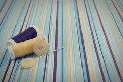 Зашейте инструменты на голубым желтым предпосылке striped челом бумажной стоковые изображения rf