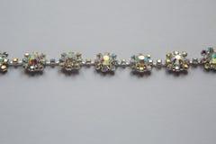 Зашейте оплетку в серебряном цвете с ясный лежать камней стоковая фотография
