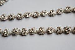 Зашейте оплетку в серебряном цвете с ясный лежать камней стоковое изображение rf