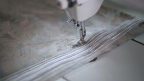 Зашейте платье в фабрике ткани сток-видео