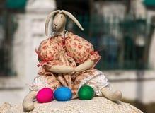 Зашитые зайцы с покрашенными яичками Стоковое Фото