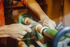 Зашкурить древесина на токарном станке Стоковые Фотографии RF