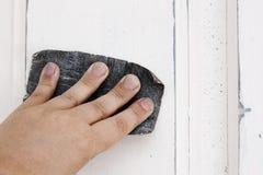 Зашкурить старое заволакивание двери перед стилем новой расцветки затрапезным шикарным Стоковая Фотография