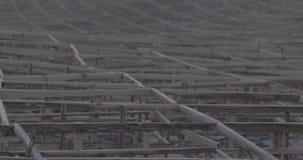 Зашкурьте деревянную загородку на портовом районе преграждая движение песка сток-видео