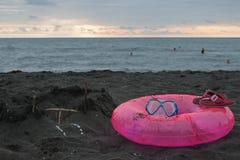 Зашкурьте замок, плавая стекла, розовые сандалии Перемещение или концепция каникул моря Жизнь пляжа В летних каникулах Стоковая Фотография RF
