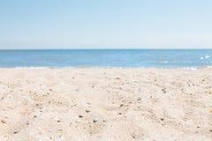 Зашкурьте конец-вверх, на фоне запачканных голубых моря или океана, пустой пляж, солнечный день Стоковое Фото