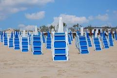 Зашкурьте пляж с голубыми loungers солнца в летнем дне Стоковое Изображение