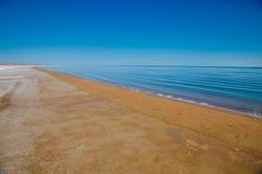 Зашкурьте побережье умирая Аральского моря в Казахстане на летнем дне песочное пляжа пустое Экологическая катастрофа Аральского м стоковые изображения