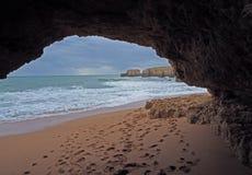 Зашкурьте пляж с окном песчаника и печатями и скалами ноги стоковое изображение rf