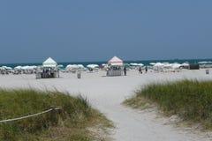 Зашкурьте след к будочкам купая пляжа и уступки Стоковое Изображение RF