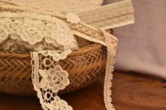 Зашнуруйте ленту в плетеной корзине на таблице Стоковое Изображение