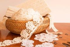 Зашнуруйте ленту в плетеной корзине на таблице Стоковые Изображения