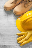 Зашнуруйте перчатки кожи трудной шляпы ботинок защитные на деревянной доске co Стоковые Фотографии RF