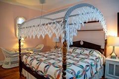 Зашнуруйте сень на винтажной кровати стоковые изображения rf