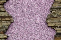 Заштукатуренная бетонная стена с рамкой плоских камней Стоковое Изображение