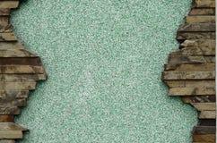 Заштукатуренная бетонная стена с рамкой плоских камней Стоковая Фотография RF