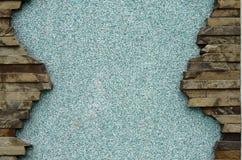 Заштукатуренная бетонная стена с рамкой плоских камней Стоковые Фото